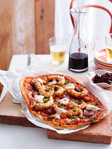 Spanish style pizza on serving boardの写真素材 [FYI03593278]