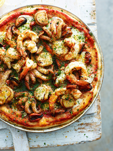 Seafood lovers pizza in pizza dish, overhead viewの写真素材 [FYI03593301]