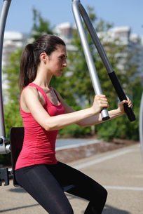 Young woman exercising in urban gymの写真素材 [FYI03593333]