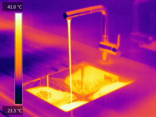 Thermal image of water flowing from tapの写真素材 [FYI03593343]