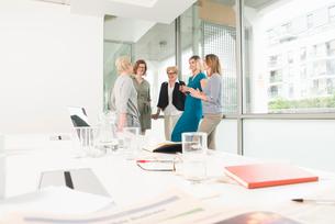 Businesswomen at meetingの写真素材 [FYI03593420]