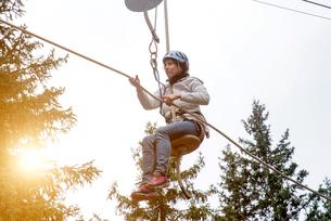 Woman on zip wireの写真素材 [FYI03593777]