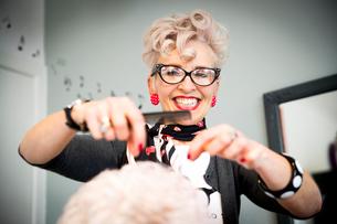 Woman working in hair salonの写真素材 [FYI03593913]
