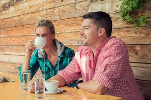 Couple in cafe drinking coffee, Tirol, Steiermark, Austria, Europeの写真素材 [FYI03593969]