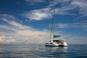 Yacht sailing on sea, Ban Koh Lanta, Krabi, Thailand, Asiaの写真素材 [FYI03594050]