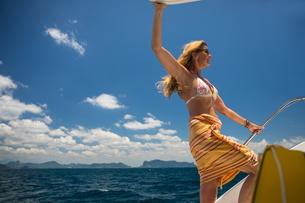 Woman relaxing on yacht, Ban Koh Lanta, Krabi, Thailand, Asiaの写真素材 [FYI03594053]