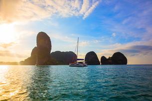 Yacht sailing on sea by cliff, Krabi, Thailand, Asiaの写真素材 [FYI03594054]