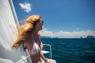 Woman relaxing on yacht, Ban Koh Lanta, Krabi, Thailand, Asiaの写真素材 [FYI03594057]