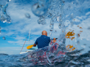 Rear view of man kayaking, Ban Koh Lanta, Krabi, Thailand, Asiaの写真素材 [FYI03594066]