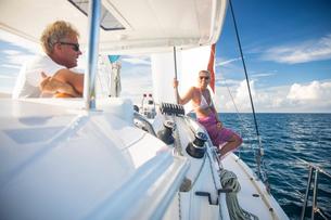 Couple relaxing on yacht, Ban Koh Lanta, Krabi, Thailand, Asiaの写真素材 [FYI03594071]