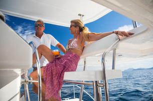 Couple relaxing on yacht, Ban Koh Lanta, Krabi, Thailand, Asiaの写真素材 [FYI03594072]