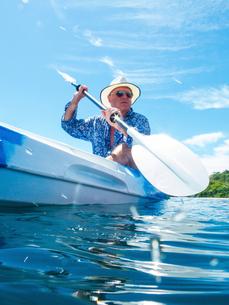 Man kayaking, Ban Koh Lanta, Krabi, Thailand, Asiaの写真素材 [FYI03594078]