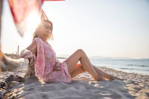 Woman sitting on beach relaxing, Palma de Mallorca, Islas Baleares, Spain, Europeの写真素材 [FYI03594088]