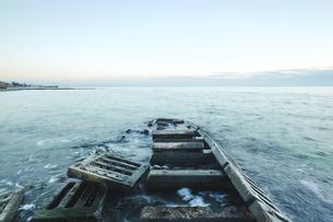 Concrete slabs of derelict pier in sea, Odessa, Odessa Oblast, Ukraine, Europeの写真素材 [FYI03594487]
