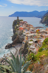 Cliff side fishing village, Vernazza, Liguria, Italy, Europeの写真素材 [FYI03594918]