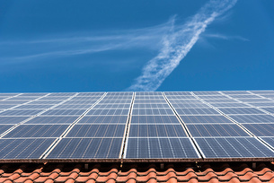 Solar panels on roof, low angle view, Munich, Germanyの写真素材 [FYI03595071]