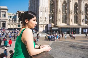 Woman outside Il Duomo, Milan, Italyの写真素材 [FYI03595192]