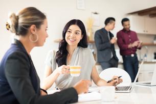 Two young businesswomen having meeting at deskの写真素材 [FYI03595276]