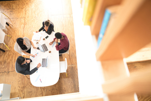 Overhead view of business team meeting at office tableの写真素材 [FYI03595287]