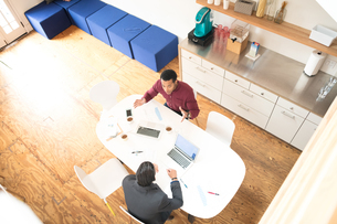 Overhead view of two businessmen meeting at office tableの写真素材 [FYI03595288]