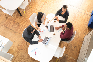 Overhead view of business team meeting at office tableの写真素材 [FYI03595289]