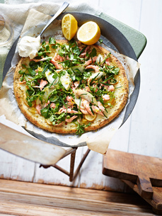Smoked trout salad pizza , elevated viewの写真素材 [FYI03595361]
