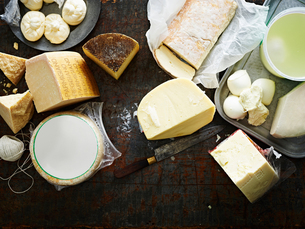Selection of cheeses on work surface, overhead viewの写真素材 [FYI03595368]