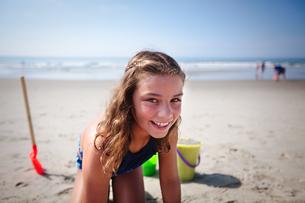 Girl playing on beachの写真素材 [FYI03595546]
