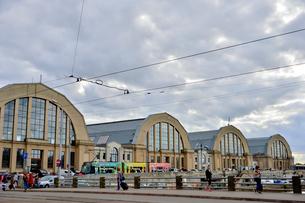 ラトビア・首都リガの中央市場の前を走るトラムと行き交う人々の写真素材 [FYI03595567]
