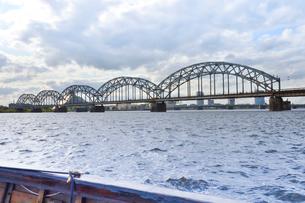 ラトビア・首都リガのダウガヴァ川を巡る観光船から見た橋と高層ビルの写真素材 [FYI03595635]