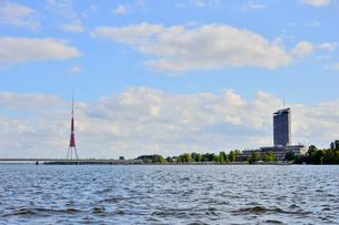 ラトビア・首都リガのダウガヴァ川を巡る観光船から見たテレビ塔と高層ビルの写真素材 [FYI03595637]