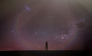 Silhouette of man looking away at starry night sky, Death Valley, California, United States, North Aの写真素材 [FYI03595718]