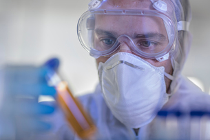 Laboratory worker holding liquid filled test tube, close-upの写真素材 [FYI03595762]
