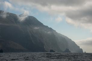 Aggressive coast line and cliffs, Guadalupe Island, Mexicoの写真素材 [FYI03595954]