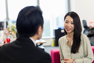 Colleagues chattingの写真素材 [FYI03596003]