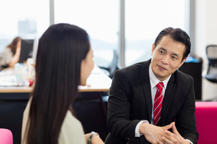 Colleagues chattingの写真素材 [FYI03596004]
