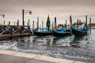 High water rising up to St Mark's Square, Venice, Italyの写真素材 [FYI03596070]