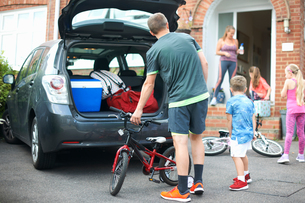 Family packing car for holidayの写真素材 [FYI03596185]