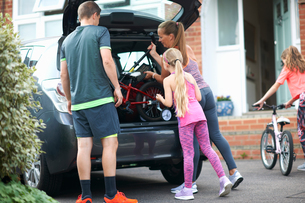 Family packing car for holidayの写真素材 [FYI03596186]