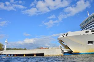 ラトビア・首都リガのダウガヴァ川を巡る観光船から見たエストニアのタリンクが運航するクルーズフェリーのロマンチカの写真素材 [FYI03596187]