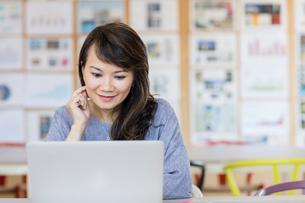 Woman working at laptopの写真素材 [FYI03596330]