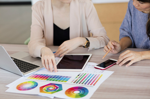 Colleagues working with colour charts and graphsの写真素材 [FYI03596358]