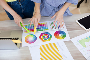 Colleagues working with colour charts and graphsの写真素材 [FYI03596362]