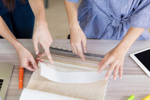 Colleagues working with fabric swatchesの写真素材 [FYI03596364]