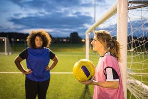 Women's football team practice, Hackney, East London, UKの写真素材 [FYI03596476]