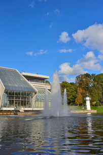 ラトビア・首都リガのダウガヴァ川を巡る観光船から見たガラス張りの建物と噴水のある景観の写真素材 [FYI03596480]