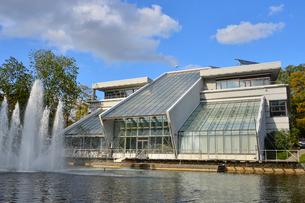 ラトビア・首都リガのダウガヴァ川を巡る観光船から見たガラス張りの建物と噴水のある景観の写真素材 [FYI03596483]