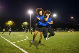 Female football players jubilant, Hackney, East London, UKの写真素材 [FYI03596492]