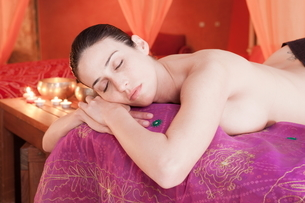 Woman in spa environment, having relaxation treatmentの写真素材 [FYI03596527]