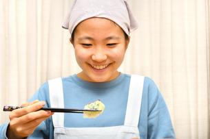 餃子を食べる女の子の写真素材 [FYI03596690]